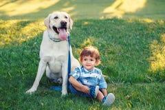 Enfant de sourire tenant l'animal familier domestique animal concept d'enfance heureux photo libre de droits