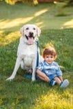 Enfant de sourire tenant l'animal familier domestique animal concept d'enfance heureux photos stock