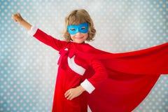 Enfant de super héros dans Noël Image stock
