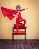 Enfant de super héros dans Noël Photographie stock libre de droits