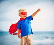 Enfant de superhéros avec un vol de masque Photos libres de droits