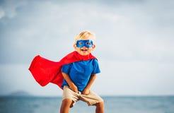 Enfant de superhéros avec un vol de masque images stock
