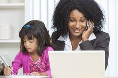 Enfant de téléphone portable de femme d'affaires de femme d'Afro-américain Photo libre de droits