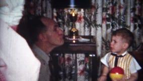 enfant de Taughting d'homme (de vintage de 8mm) avec le visage laid 1956 clips vidéos