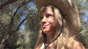 Enfant de touristes de sourire en Olive Orchard, jeu de fille extérieur, enfant en nature photographie stock libre de droits