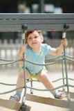 Enfant de trois ans au terrain de jeu Photo stock