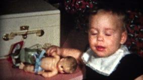 enfant (de vintage de 8mm) avec Noël 1957 de poupée banque de vidéos