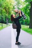 Enfant dehors à la mode habillé de mère et de bébé sur la nature Photo libre de droits