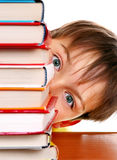 Enfant derrière les livres photo stock