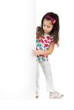 Enfant derrière un panneau blanc Image stock