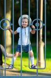 Enfant derrière une barrière Image libre de droits