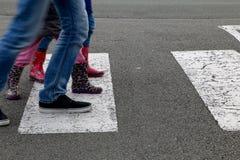 Enfant des rues croisant un passage piéton Photographie stock libre de droits