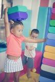 Enfant deux dans le terrain de jeu Images stock