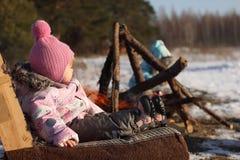 Enfant deux en dehors des vêtements chauds d'hiver de champ photo libre de droits