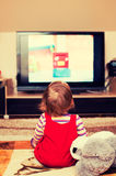 Enfant devant la TV Photo stock