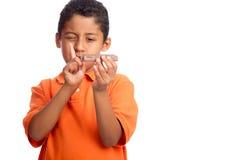 Enfant disant le numéro à la nourriture industrielle Photo libre de droits