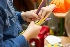 Enfant distribuant des piles Photographie stock libre de droits