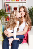 Enfant donnant un baiser à la mère Photo libre de droits