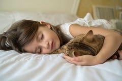 Enfant dormant avec le chat photos stock