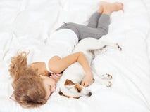 Enfant dormant avec le chien Photographie stock