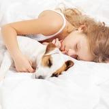 Enfant dormant avec le chien Image stock
