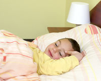 Enfant dormant dans le bâti Photo stock
