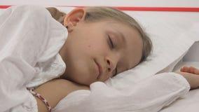 Enfant dormant dans le lit, portrait d'enfant se reposant dans la chambre à coucher, visage de fille à la maison image libre de droits