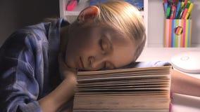 Enfant dormant, portrait fatigu? de fille de yeux ?tudiant, lecture, enfant apprenant la biblioth?que photographie stock