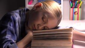 Enfant dormant, portrait fatigu? de fille de yeux ?tudiant, lecture, enfant apprenant la biblioth?que banque de vidéos