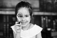 Enfant doux, fille, jouant avec une loupe Photographie stock