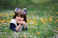 Enfant doux, garçon, recueillant des pissenlits et des fleurs de marguerite Photos stock