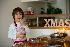 Enfant doux mignon, garçon, préparant des biscuits de pain d'épice Photographie stock