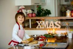 Enfant doux mignon, garçon, préparant des biscuits de pain d'épice Image libre de droits