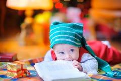 Enfant drôle dans un chapeau de gnome Images stock