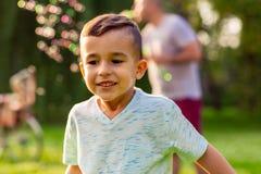 Enfant drôle gai Petit garçon beau photos libres de droits