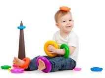 Enfant drôle jouant avec le pyramidion de couleur Images libres de droits