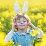 Enfant drôle de 3 ans avec des oreilles de lapin de Pâques, célébrant Pâques Photographie stock