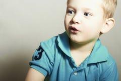 Enfant drôle Little Boy avec des œil bleu Verticale de plan rapproché de gosse Émotion d'enfants photo stock