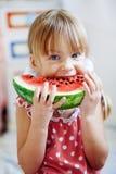 Enfant drôle mangeant la pastèque Photographie stock