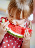 Enfant drôle mangeant la pastèque Photo libre de droits