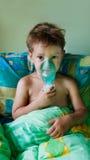 Enfant effectuant l'inhalation images libres de droits