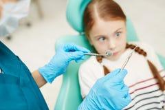 Enfant effrayé de dentaire images stock