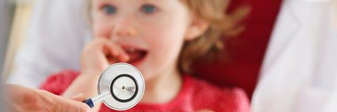 Enfant effrayé peu à la réception de docteur image stock