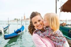 Enfant embrassant la mère heureuse à Venise Photos libres de droits
