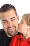 Enfant embrassant le papa sur la joue Photo stock