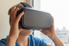 Enfant employant de nouveaux verres de VR images libres de droits