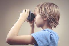 Enfant employant la nouvelle réalité virtuelle, verres de carton de VR photos libres de droits