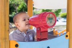 Enfant en bas âge à la cour de jeu Photo libre de droits