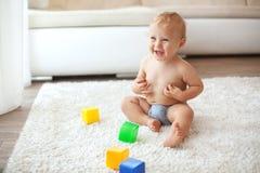 Enfant en bas âge à la maison Photo stock