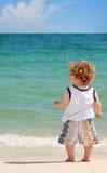 Enfant en bas âge à la plage image libre de droits